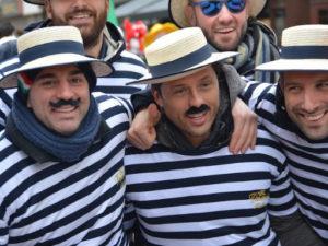 Kamarádi v námořnickém a s klobouky