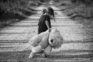 Dítě na cestě vlečící medvídka