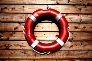 Záchraný kruh na dřevěné stěně