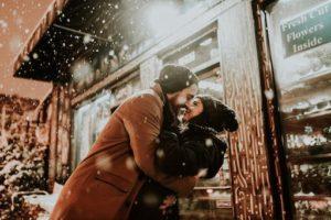 Objímající ce pár na ulici v zimě