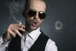 Muž kouřící cigaretu