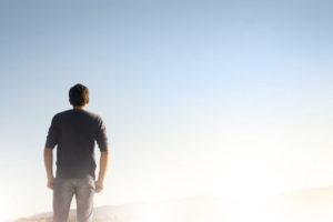 Osamělý muž hledící do nebe