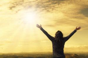 žena vzhlíží k nebi