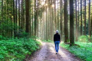 Žena v lese na cestě