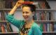 Dívka s knihou na hlavě