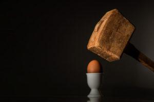Palice rozbíjí vejce