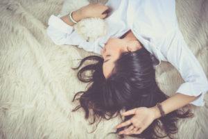 Spící unavená dívka