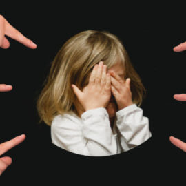 Dítě na které ukazují prsty