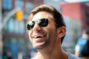 Šťastný muž se slunečními brýlemi